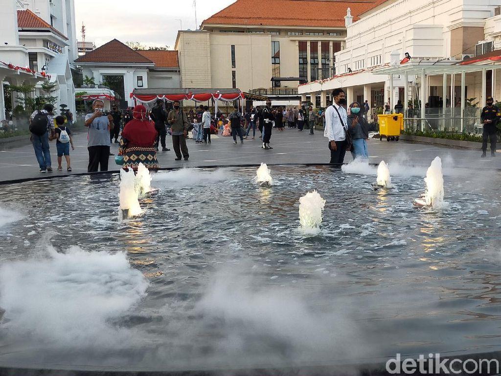 Menikmati Temaram Sore di Plaza Alun-alun Suroboyo