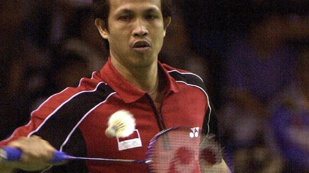 Indonesia men's double players, Rexy Mainaky makes a backhand return in the quarter final of JVC Asian Badminton Championship at the Senayan indoor stadium in Jakarta, 03 November 2000.  Mainaky will start a new career as a coach of the England's national team next year.   AFP PHOTO/Amin (Photo by AMIN / AFP)