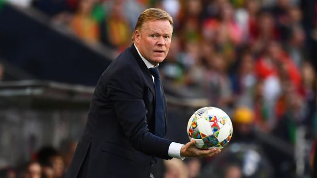 Netherlands' coach Ronald Koeman holds the ball during the UEFA Nations League final football match between Portugal and The Netherlands at the Dragao Stadium in Porto on June 9, 2019. (Photo by GABRIEL BOUYS / AFP)
