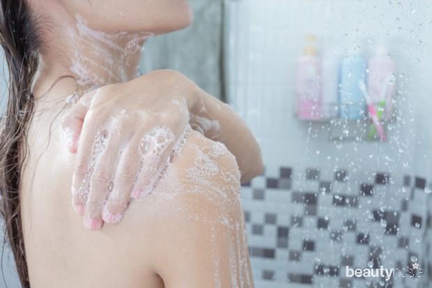 Pilih sampo yang tidak mengandung bahan kimia seperti sulfat dan melembapkan kulit.