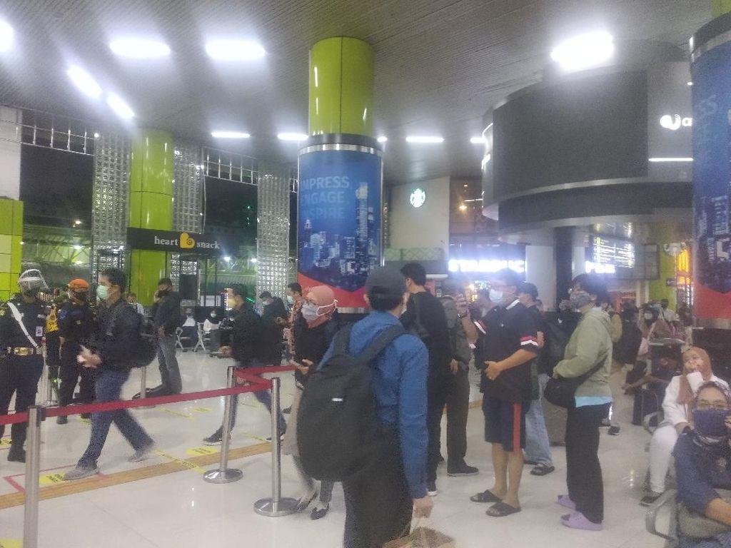 Calon Penumpang di Stasiun Gambir: Saya Nggak Nyangka Seramai Ini