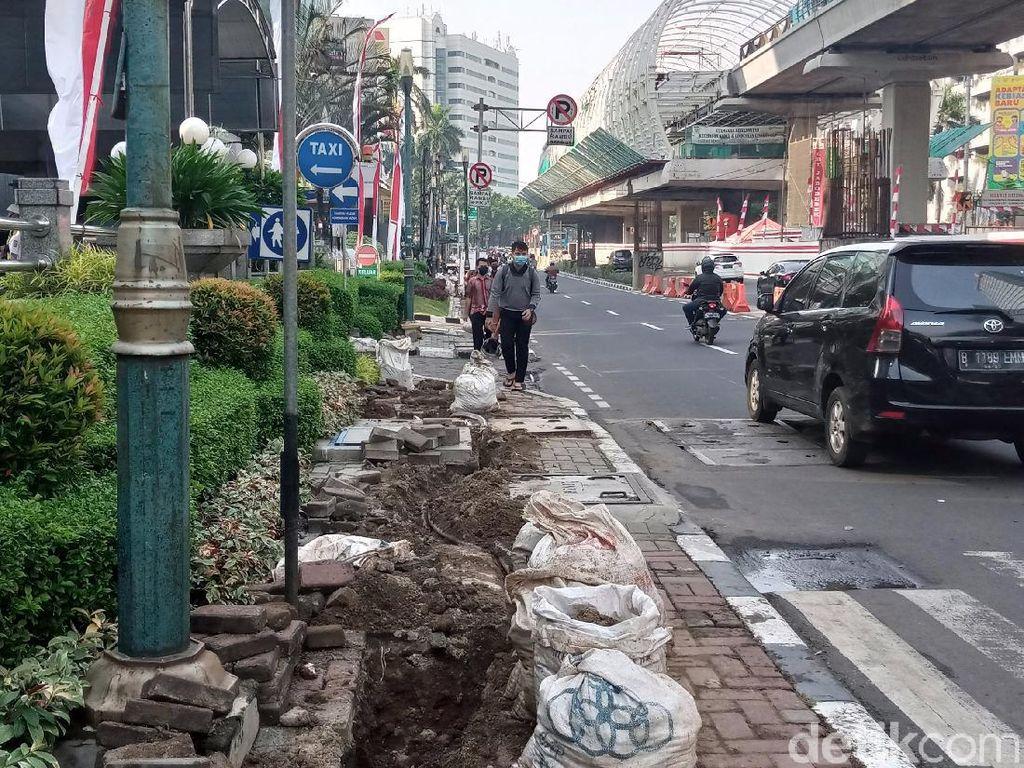 Dikeluhkan Pejalan Kaki, Pembongkaran Trotoar di Rasuna Said untuk Proyek FO