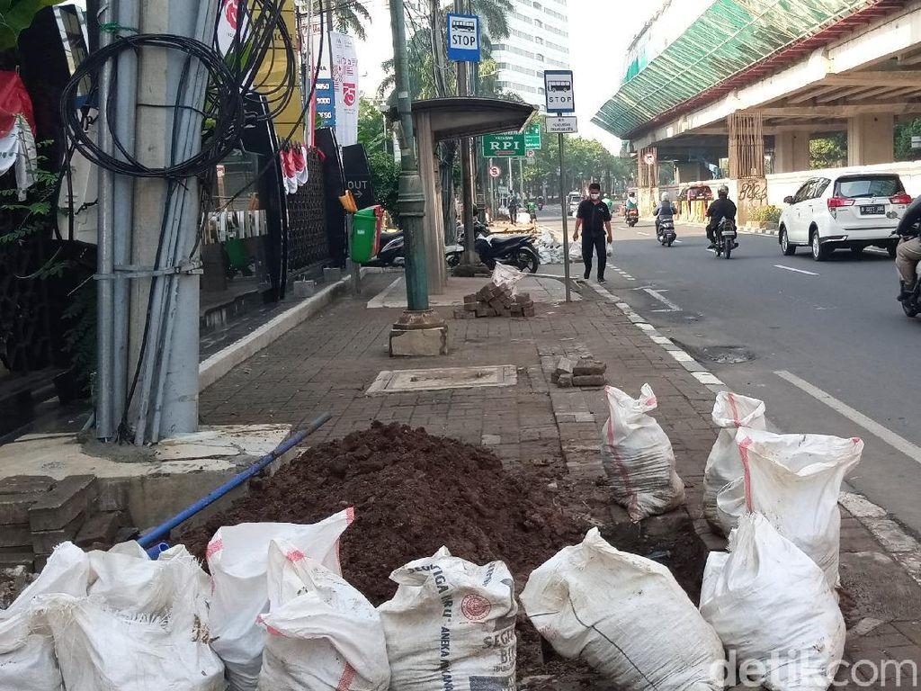 Pejalan Kaki Keluhkan Pembongkaran Trotoar di Jalan Rasuna Said Jaksel