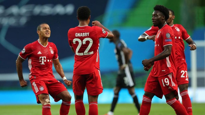 LISBON, PORTUGAL - AUGUST 19: Serge Gnabry of Bayern Munich celebrates with teammates Thiago Alcantara and Alphonso Davies after scoring his teams first goal during the UEFA Champions League Semi Final match between Olympique Lyonnais and Bayern Munich at Estadio Jose Alvalade on August 19, 2020 in Lisbon, Portugal. (Photo by Miguel A. Lopes/Pool via Getty Images)
