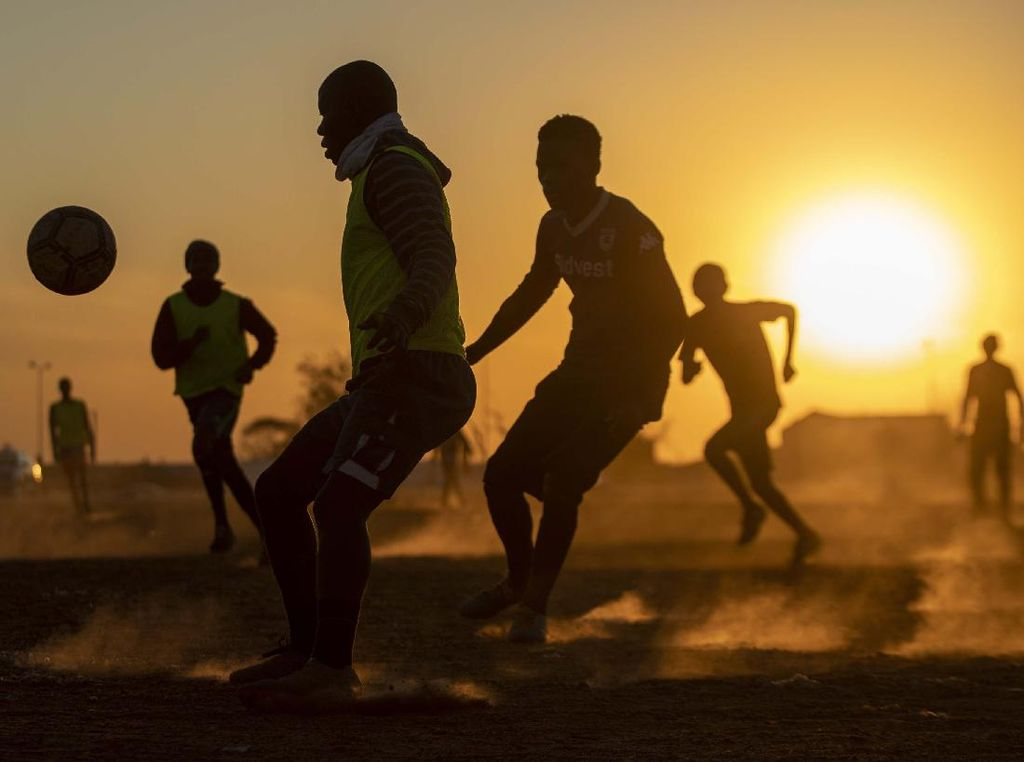 Bermain Bola di Lapangan Berdebu Soweto