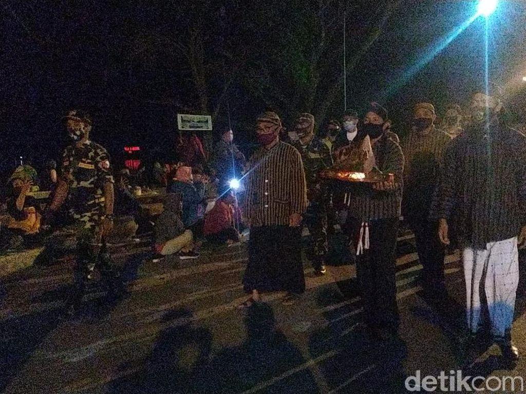 Perayaan Suro, Larungan Telaga Ngebel Tetap Ada di Tengah Pandemi