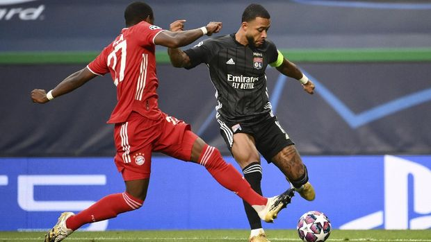 Lyon's Memphis Depay, right, duels for the ball with Bayern's David Alaba during the Champions League semifinal soccer match between Lyon and Bayern at the Jose Alvalade stadium in Lisbon, Portugal, Wednesday, Aug. 19, 2020. (Franck Fife/Pool via AP)