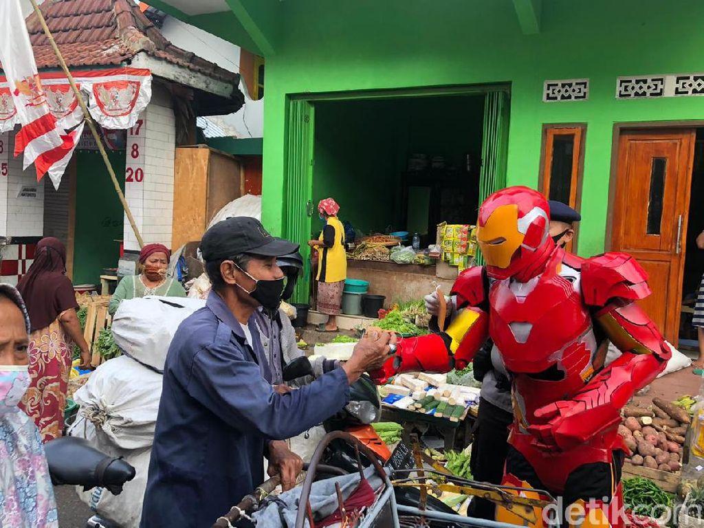 Ada Superhero Bagikan Ribuan Masker ke Pasar-pasar di Jatim
