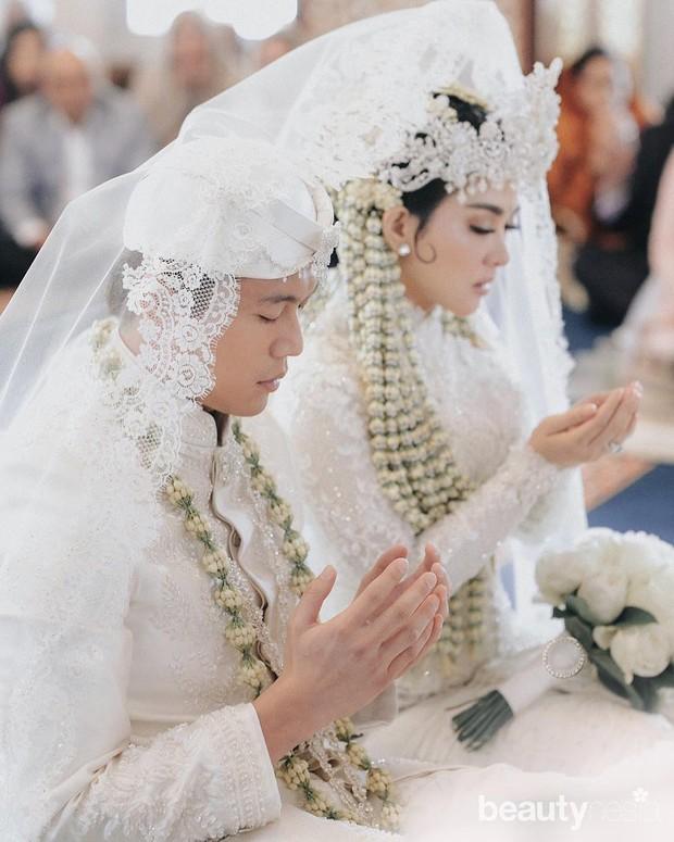 Syahrini menikah dengan menggunakan tema pengantin Sunda