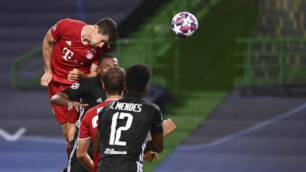 Bayern's Robert Lewandowski, right, scores his side's third goal during the Champions League semifinal soccer match between Lyon and Bayern at the Jose Alvalade stadium in Lisbon, Portugal, Wednesday, Aug. 19, 2020. (Franck Fife/Pool via AP)