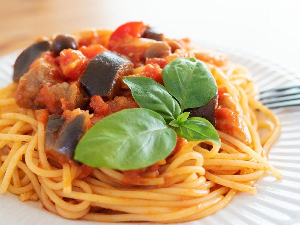 Resep Spaghetti Saus Terong dan Tomat yang Segar