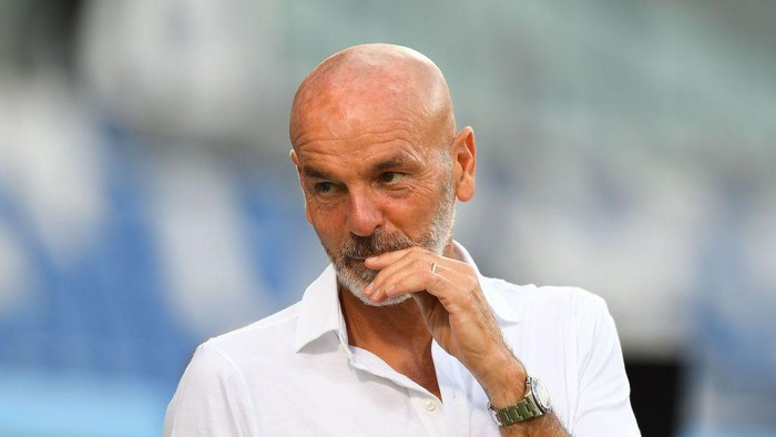 REGGIO NELLEMILIA, ITALY - JULY 21: Stefano Pioli head coach of AC Milan looks on during the Serie A match between US Sassuolo and AC Milan at Mapei Stadium - Città del Tricolore on July 21, 2020 in Reggio nellEmilia, Italy. (Photo by Alessandro Sabattini/Getty Images)