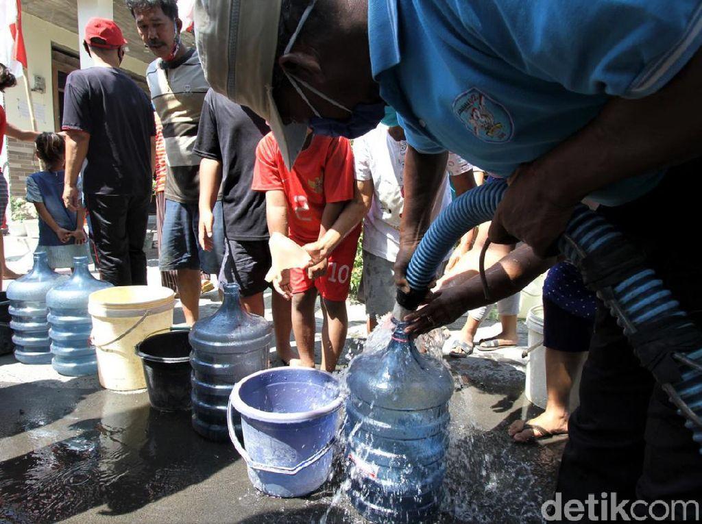 Sumur di Sukoharjo Kering, Warga Antre Air Bersih