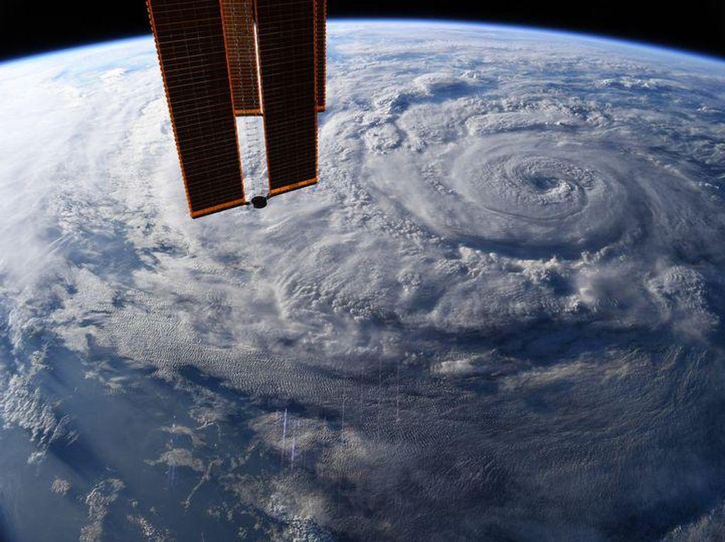 Ngeri! Foto Badai Raksasa Selimuti Bumi Tampak dari Antariksa