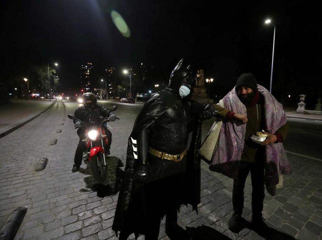 Wow! Ada Batman Bagi-bagi Makanan untuk Tunawisma Terdampak COVID-19