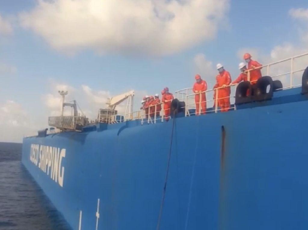 Video: Dihantam Ombak, Kapal Nelayan Terbalik di Laut Jawa!