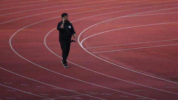 Direktur Teknik PSSI Indra Sjafri bersiap mengikuti latihan Timnas U-19 di Stadion Madya, Kompleks GBK, Jakarta, Kamis (20/8/2020). ANTARA FOTO/Puspa Perwitasari/aww.