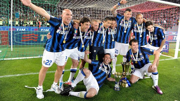 ROME, ITALY - MAY 29:  FC Internazionale Milano players celebrates after victory in the Tim Cup final during the Tim Cup final between FC Internazionale Milano and US Citta di Palermo at Olimpico Stadium on May 29, 2011 in Rome, Italy.  (Photo by Claudio Villa/Getty Images)