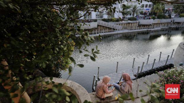 Warga berkunjung ke Kawasan Kali Besar Kota Tua, Jakarta, Jumat, 21 Agustus 2020. Kota Tua sepi pengunjung meskipun dalam masa libur panjang akhir pekan. (CNN Indonesia/ Adhi Wicaksono)