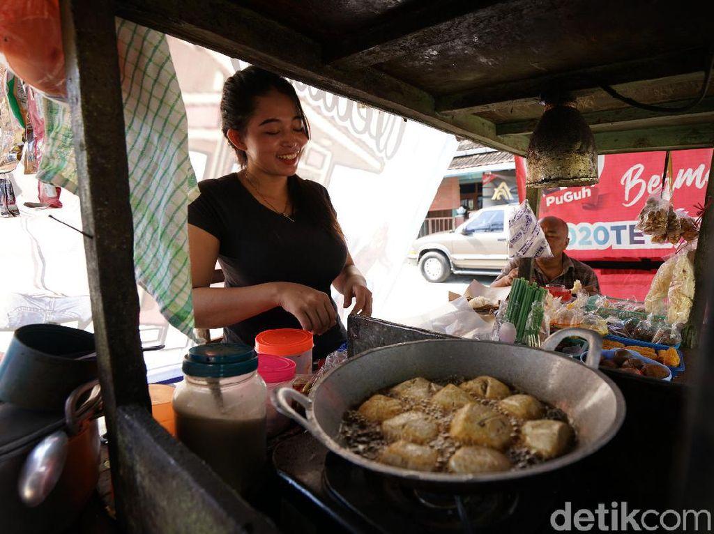 Bertemu Mbak Dewi, Penjual Angkringan Cantik yang Viral di Solo