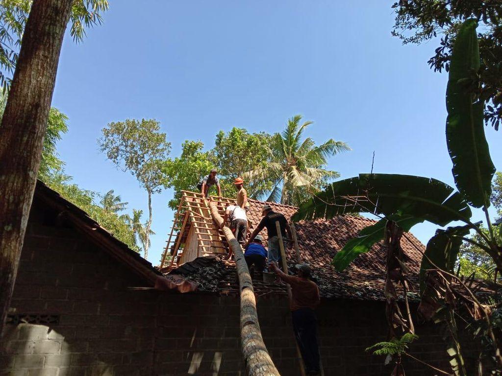 Imbas Angin Kencang, Pohon Tumbang Timpa Truk-Rumah Warga di Sleman