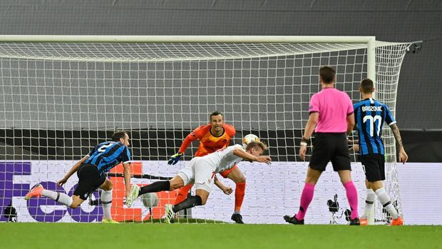 COLOGNE, GERMANY - AUGUST 21: Luuk de Jong of Sevilla FC scores his team's first goal during the UEFA Europa League Final between Seville and FC Internazionale at RheinEnergieStadion on August 21, 2020 in Cologne, Germany. (Photo by Martin Meissner/Pool via Getty Images)