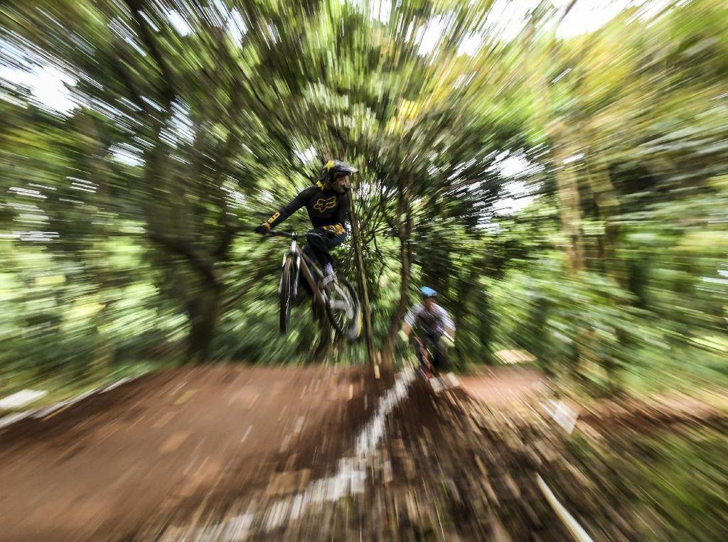 Seru! Pesepeda Berlatih di Dual Cross Track Hutan UI