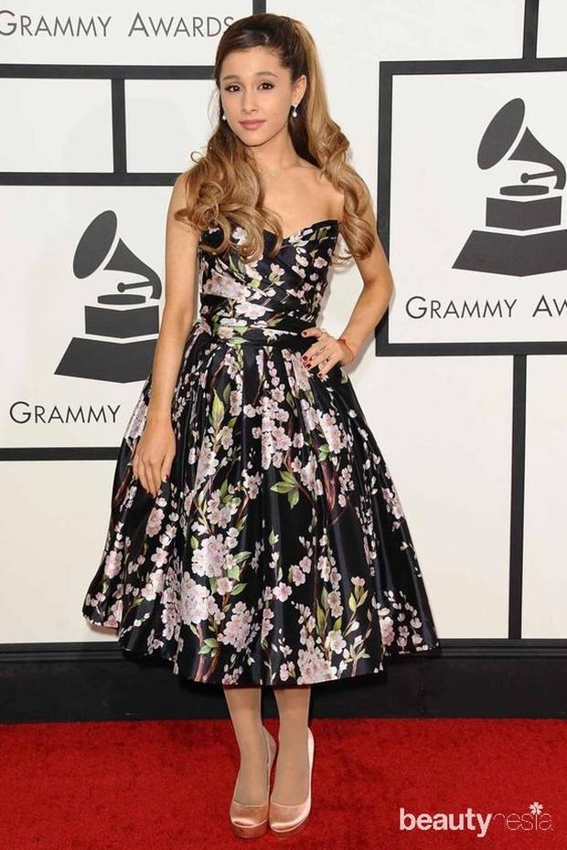 Floral dress pernah menjadi fashion khas Ariana Grande sebelum seterkenal sekarang.