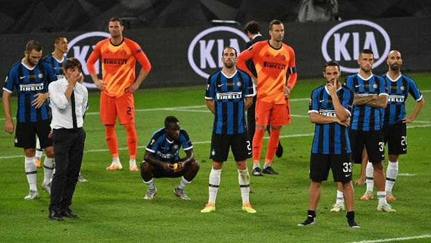 COLOGNE, GERMANY - AUGUST 21: Antonio Conte, Manager of Inter Milan and his players look dejected on pitch following the UEFA Europa League Final between Seville and FC Internazionale at RheinEnergieStadion on August 21, 2020 in Cologne, Germany. (Photo by Ina Fassbender/Pool via Getty Images)