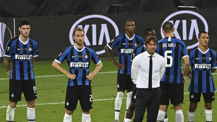 Inter Milans head coach Antonio Conte and players react after the Europa League final soccer match between Sevilla and Inter Milan in Cologne, Germany, Friday, Aug. 21, 2020. (Ina Fassbender/Pool via AP)