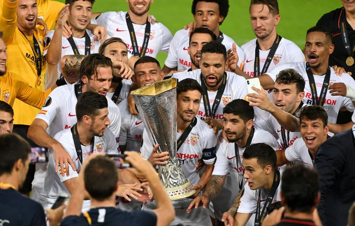 COLOGNE, GERMANY - AUGUST 21: Jesus Navas of Sevilla FC prepares to life the UEFA Europa League Trophy after the UEFA Europa League Final between Seville and FC Internazionale at RheinEnergieStadion on August 21, 2020 in Cologne, Germany. (Photo by Ina Fassbender/Pool via Getty Images)