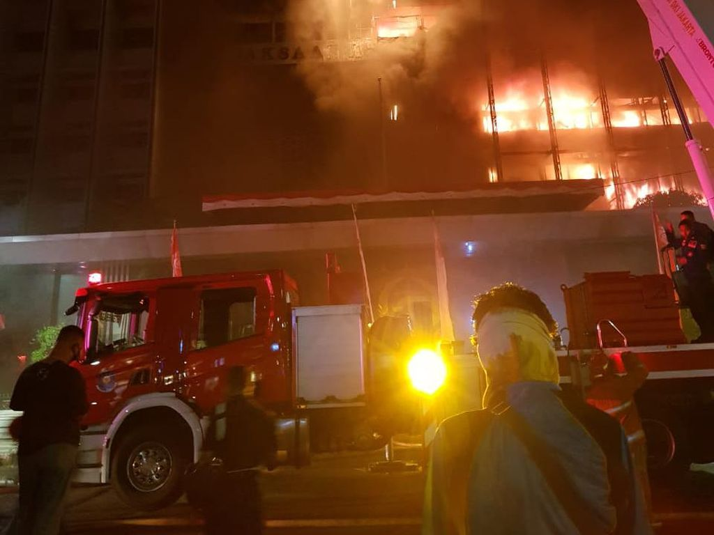 Hampir 4 Jam Kebakaran Gedung Kejaksaan Agung, 43 Unit Damkar Dikerahkan
