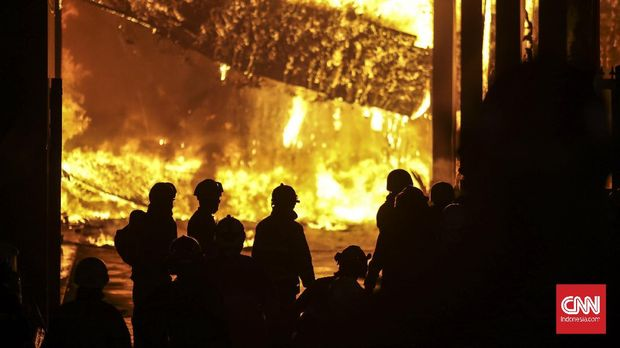 Kebakaran gedung Kejaksaan Agung di Jalan Sultan Hasanudin Dalam No. 1, Kelurahan Kramat Pela, Kecamatan Kebayoran Baru, Jakarta Selatan. (CNN Indonesia/ Bisma Septalisma)