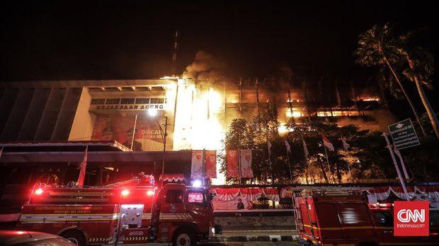 Gedung Kejaksaan Agung yang beralamat di Jalan Sultan Hasanudin Dalam No. 1, Kelurahan Kramat Pela, Kecamatan Kebayoran Baru, Jakarta Selatan mengalami kebakaran. Sejauh ini masih proses pemadaman. (CNN Indonesia/ Adhi Wicaksono)