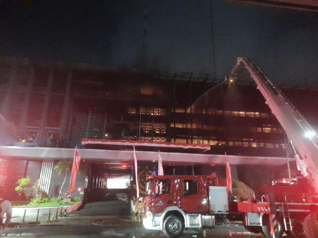 Sudah 4 Jam, Kebakaran di Gedung Kejaksaan Agung Belum Padam