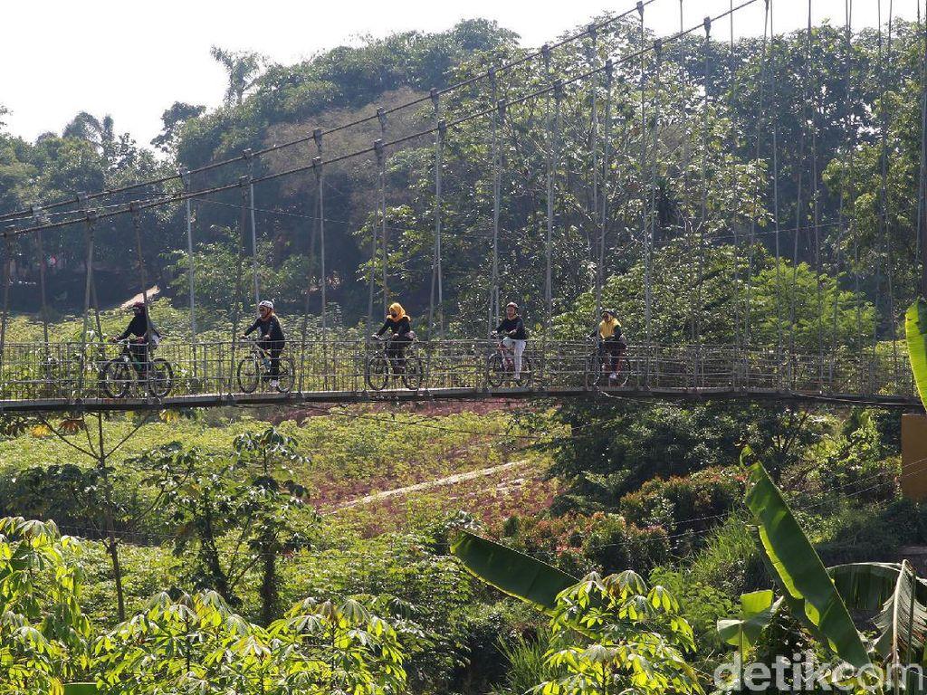 Potret Jembatan Gantung di Ujung Jawa Barat