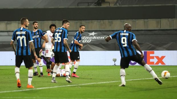 COLOGNE, GERMANY - AUGUST 21: Romelu Lukaku of Inter Milan scores an own goal, Seville's third goal, during the UEFA Europa League Final between Seville and FC Internazionale at RheinEnergieStadion on August 21, 2020 in Cologne, Germany. (Photo by Lars Baron/Getty Images)