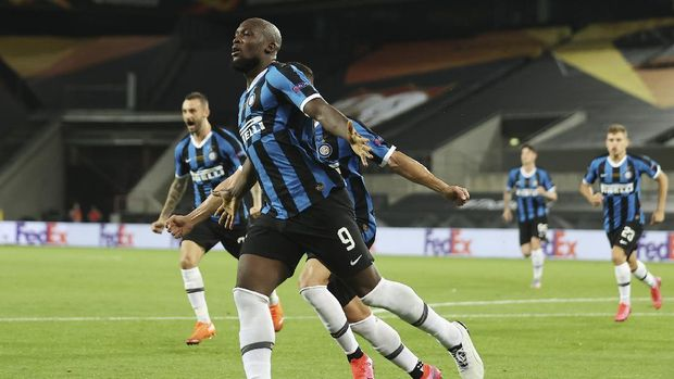 Inter Milan's Romelu Lukaku celebrates after scoring his side's opening goal during the Europa League final soccer match between Sevilla and Inter Milan in Cologne, Germany, Friday, Aug. 21, 2020. (Lars Baron, Pool Photo via AP)