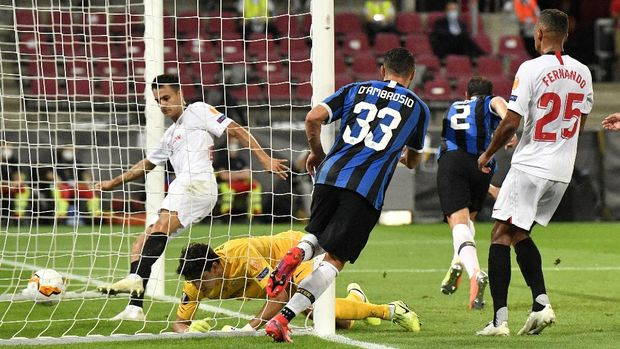 Inter Milan's Diego Godin, second right, scores his side's second goal during the Europa League final soccer match between Sevilla and Inter Milan at the Rhein Energie Stadium in Cologne, Germany, Friday, Aug. 21, 2020. (AP Photo/Martin Meissner, Pool)