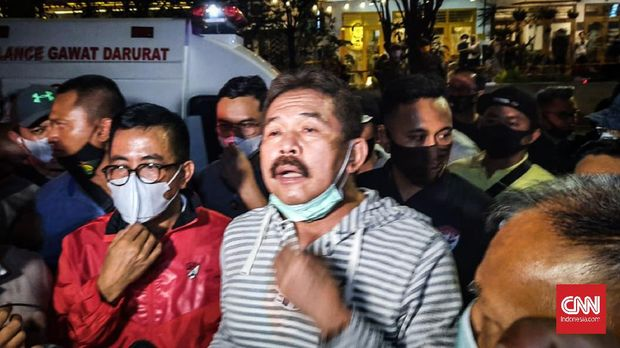 Jaksa Agung ST Burhanuddin meninjau Gedung Kejaksaan Agung yang beralamat di Jalan Sultan Hasanudin Dalam No. 1, Kelurahan Kramat Pela, Kecamatan Kebayoran Baru, Jakarta Selatan yang mengalami kebakaran.