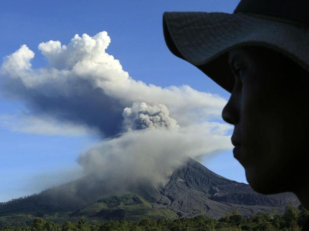 Gunung Sinabung Keluarkan Awan Panas Sejauh 1,5 Km