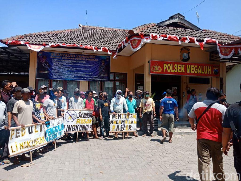 Hentikan Paksa Tambang Pasir Ilegal di Jombang, Warga Serahkan Barang Bukti