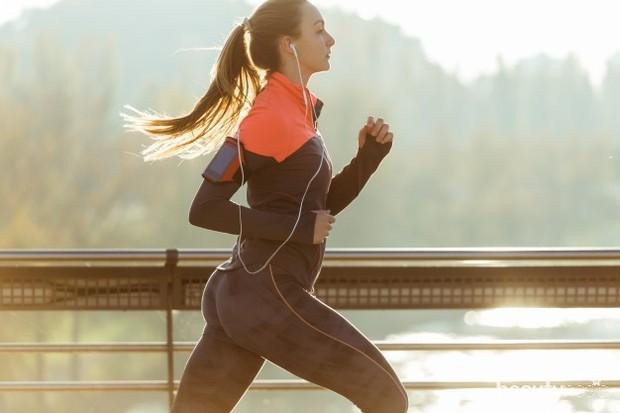 Stres jelang pernikahan juga bisa diatasi dengan tetap menjalani rutinitas dengan normal. Misalnya saja seperti jogging, bersepeda, atau kegiatan-kegiatan positif lainnya.