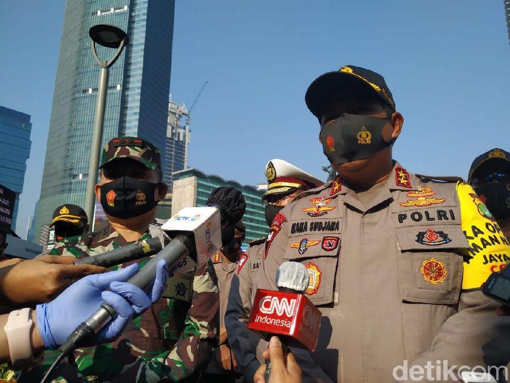 Tingkatkan Disiplin Protokol COVID, Kapolda-Pangdam Bagikan Ribuan Masker