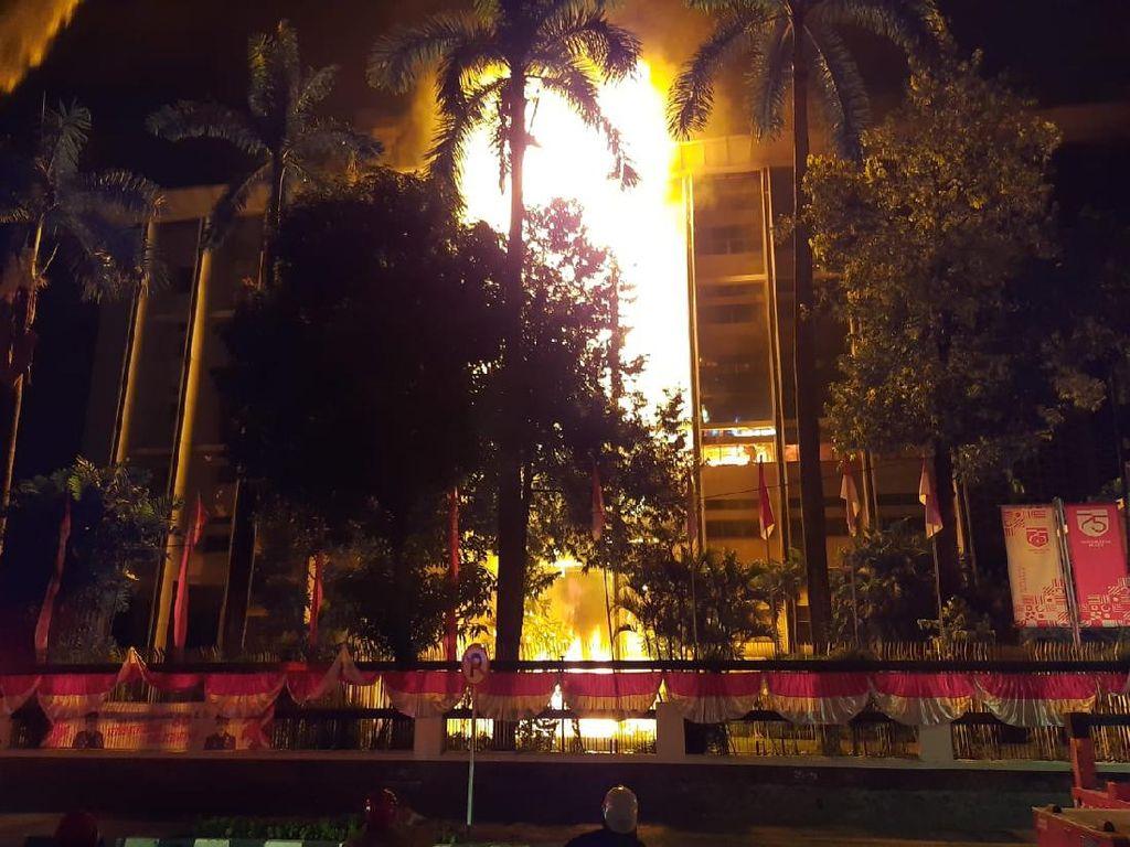 Kebakaran Gedung Kejaksaan Agung Hampir 6 Jam, Api Kembali Membesar