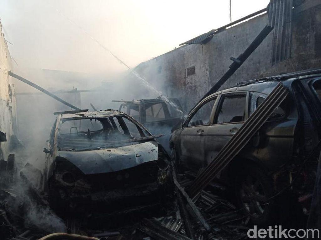 Bengkel Audio di Pasuruan Terbakar, Tiga Mobil Konsumen Ludes Jadi Kerangka