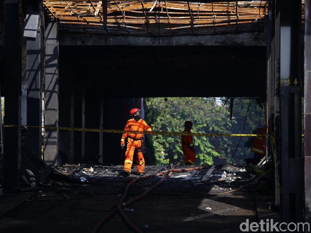 Kegiatan Tim Gabungan di Lokasi Kebakaran Gedung Kejagung RI