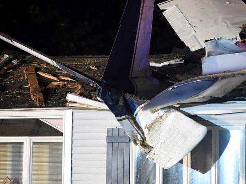 Sungguh Beruntung, Pesawat Jatuh Timpa Rumah Tanpa Ada Korban