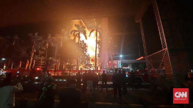 Api yang melahap gedung utama Kejagung sejak Sabtu malam, 22 Agustus 2020, pukul 19.10 WIB, membesar lagi pada Minggu (23/8) dini hari WIB, Jakarta Selatan. (CNNIndonesia/Thohirin)