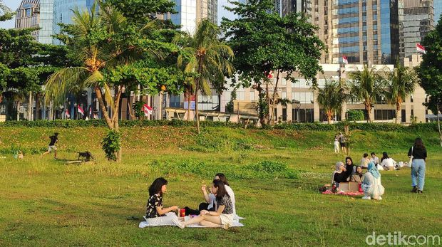 Hutan Kota GBK menjadi alternatif wisata selain ke mal. Biasanya hutan kota itu menjadi tempat untuk menghabiskan waktu sore.